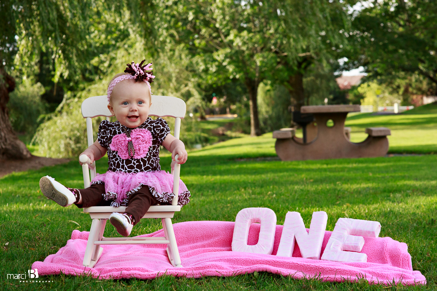 Albany, Oregon baby photographer - OR - One year old photos - cake smash - standing along - park