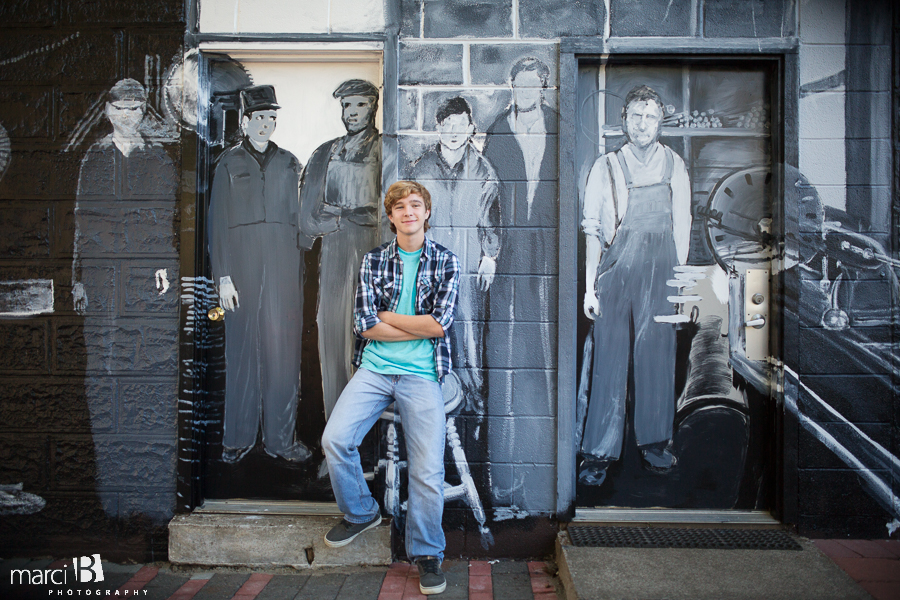 Corvallis senior pictures - mural - downtown