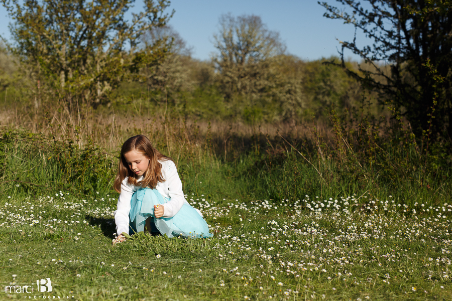 Corvallis Family Photographer - family picture - Finley Wildlife Refuge - picture of girl picking daisies